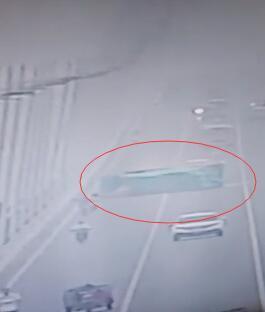 湛江一货车在海湾大桥侧翻 百余辆车被堵一个多小时