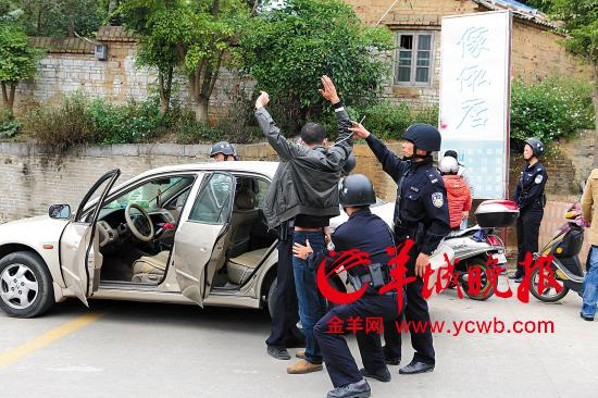 湛江千警清剿涉毒村庄 抓33人缴毒品音响