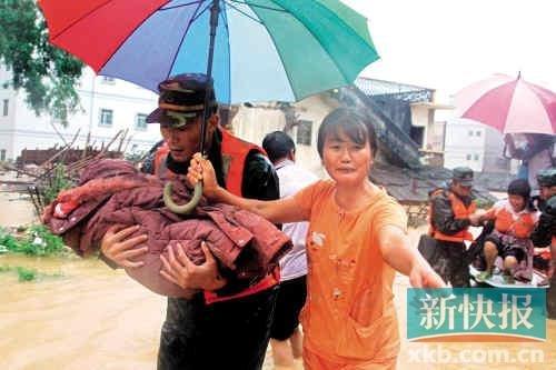广州岑村遭龙卷风突袭 10多间屋顶被掀翻