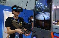 4号展馆内这位市民正在体验VR游戏