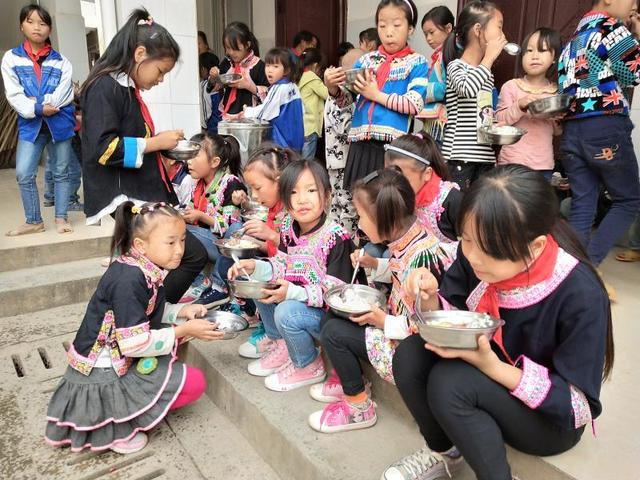 孔子书包励志助学公益活动走进广西百色凌云县后龙小学