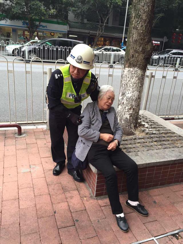 手臂当靠垫 广州一民警撑护晕倒老婆婆等待120
