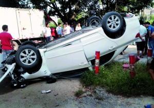 广州一轿车村道连撞数人翻车 致一女子死亡