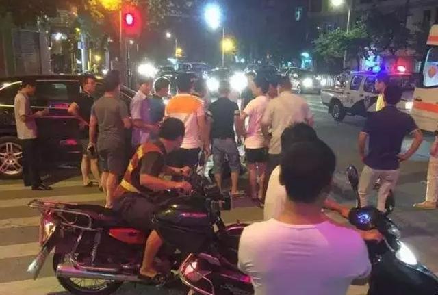 摩托撞上保时捷车主被压车轮下 广州街坊抬车救人
