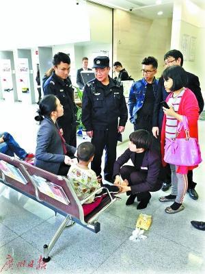 揭阳5岁娃随妈妈流浪到广州后走失 在马路上嚎啕大哭