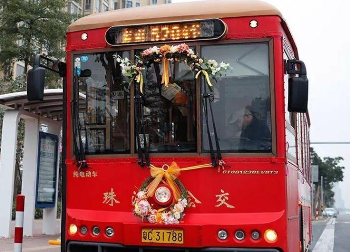 """珠海小哥开颜值爆表的""""独特婚车""""接新娘"""