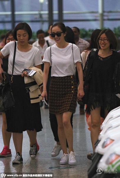 杨幂现身广州白云机场,辣妈杨幂身穿白色T恤搭小短裙少女范儿十足