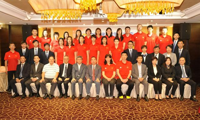 「世界女排大奖赛」准备揭幕 中国女排与青少年球迷交流