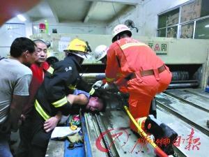 广州工人遭机器 咬手 消防兵紧急 拔手