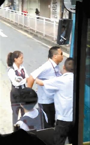 深圳两司机驾公交互相飙车 还停路口下车对骂