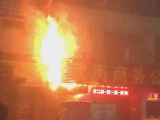 广州一食肆发生大火殃及居民楼成火海