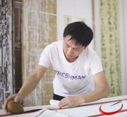 东莞一书画装裱师年收入20万 笑称手艺是体育老师教的