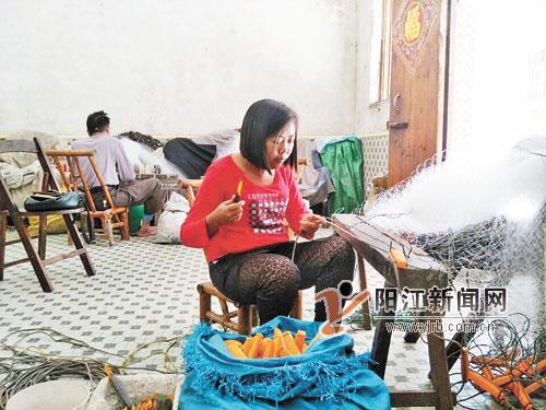 阳江一家三口相继患重病 母亲忍病痛织渔网赚钱