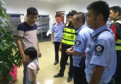 深圳5岁女生牵着一条狗哇哇大哭:妈妈女孩我要三七图片