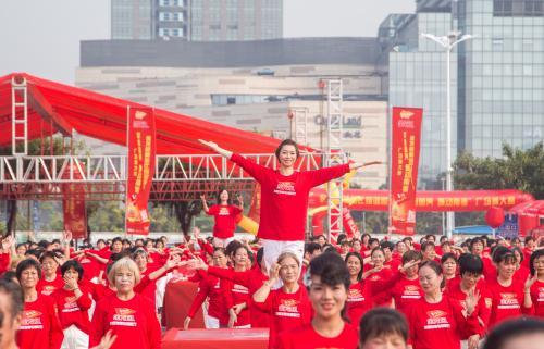 """奥运冠军领跳金龙鱼健康舞 倡导""""吃动平衡""""生活理念"""
