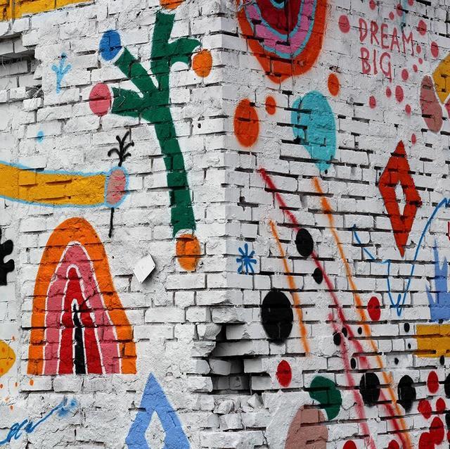 a.bran为废弃的房屋进行整体涂鸦