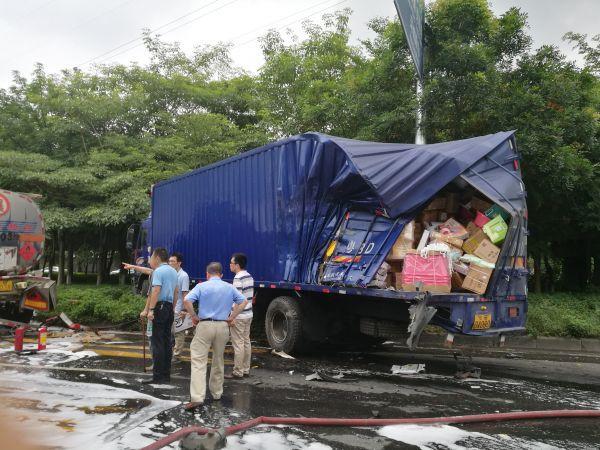 环城路油罐车与货车相撞 车头严重损毁