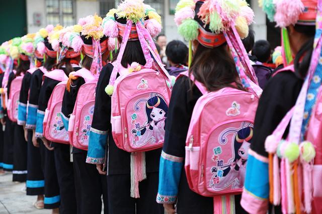 孔子书包励志助学公益活动走进广西百色凌云县览金小学