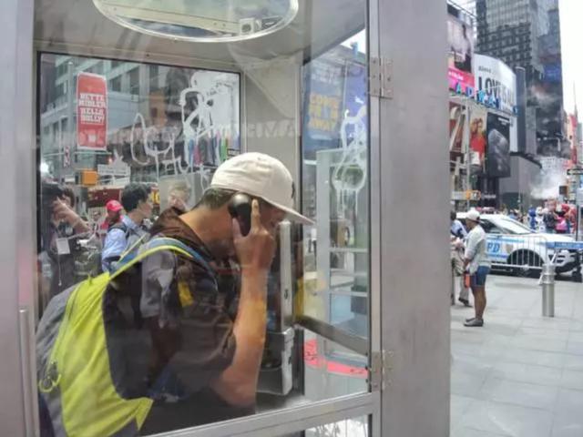 曼·莫贾迪迪在纽约时代广场创作的艺术项目《从前有个地方》.图