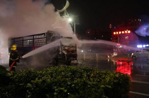 深圳一货车等灯时突燃起熊熊大火 爆炸声吓坏行人