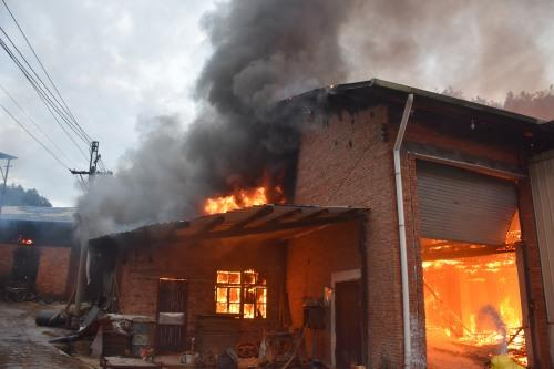 韶关一竹席厂凌晨着火 烧了4间厂房
