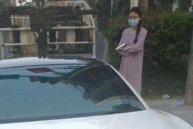 深圳一女子开跑车遮号牌占道玩直播