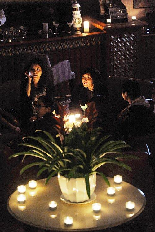 顾客在成都市一家酒店享受烛光晚宴