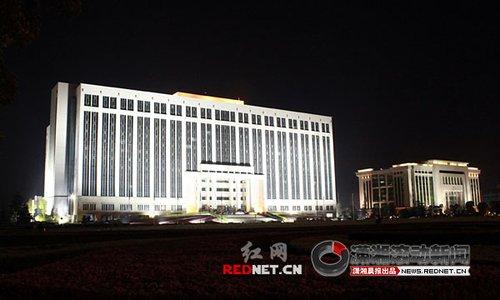 图文:长沙市政府大楼熄灯前后
