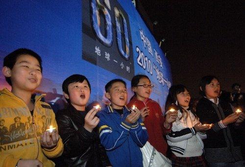 西安:小学生们大雁塔下点燃蜡烛为地球祝福