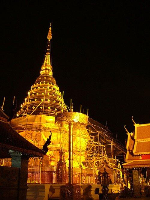 图文:泰国清迈市双龙寺熄灯前后