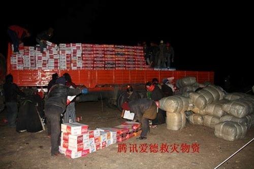腾讯网友为玉树灾区捐赠的首批物资分发完毕