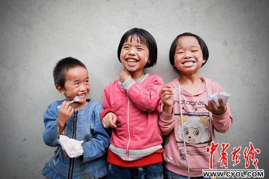 贵州大学生国庆假期为村民免费拍摄全家福