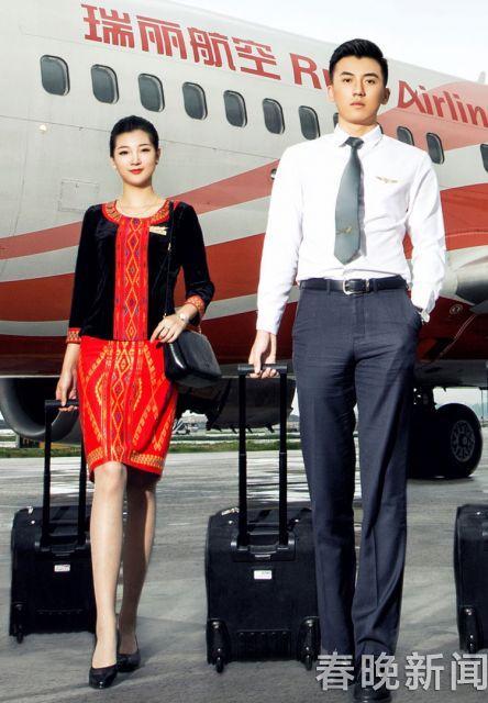 旅客突发病呕吐不止 乘务长跪地抱他至飞机降落