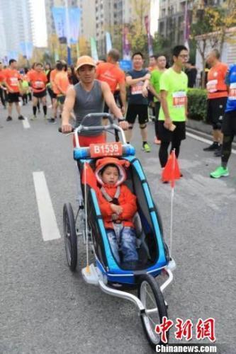 父亲带脑瘫儿看世界,跑第36场马拉松