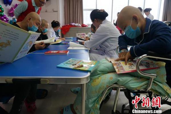 郑州护士捐奖金为病童建书屋 鼓励孩子战胜病魔