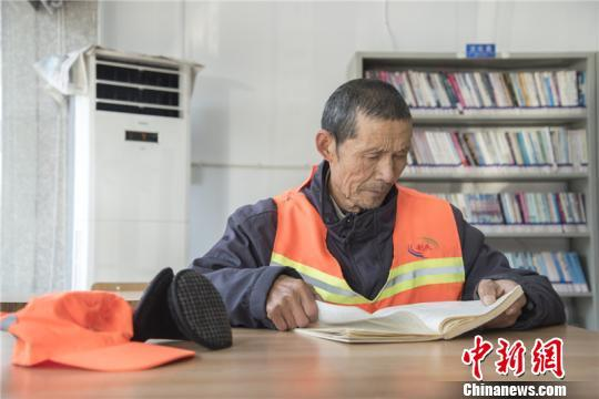 七旬环卫工下班坚持到图书馆看书