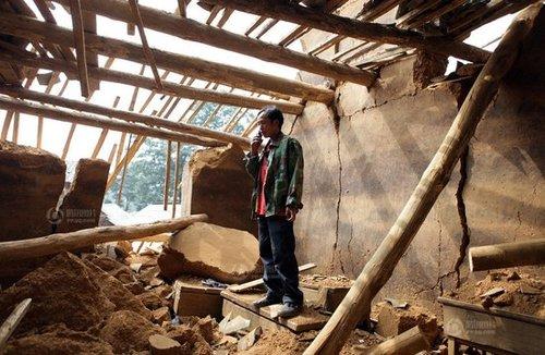 彝良地震救人代课教师双手刨出乡村校舍