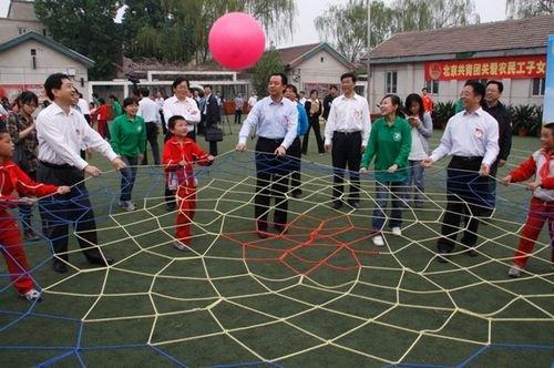 北京共青团在五四期间开展关爱农民工子女活动