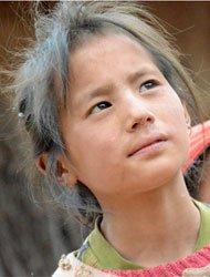尘肺病人去世后留下的孤儿,她多么想像其他孩子一样,放学回家可以看到自己的父亲。