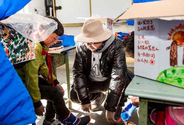 壹基金温暖包推广大使徐峥探访四川凉山:和孩子们一起画出心中最温暖的太阳