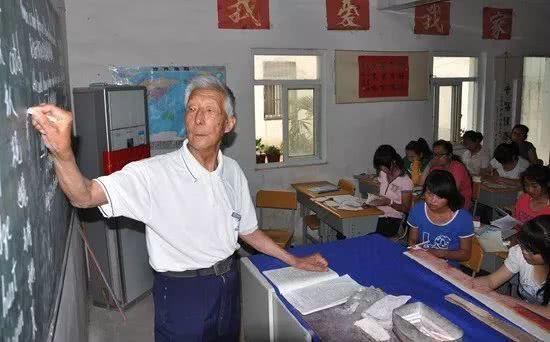 91岁乡村退休教师仍为孩子补课