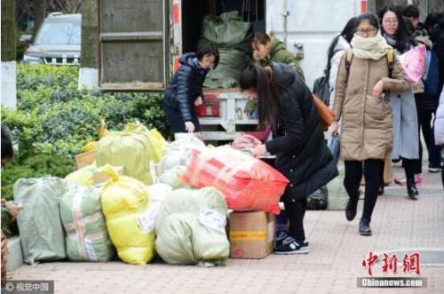 快递包装污染:包装回收不足10% 胶带降解需近百年