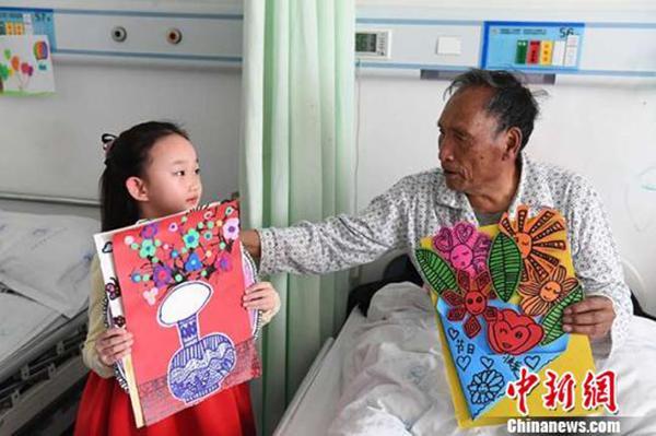 """6龄童画33幅画""""装扮""""老人病房,祝愿""""早日康复"""""""