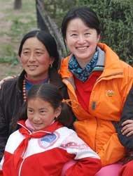 """2009年,""""真爱梦想""""创始人潘江雪走访甘肃那吾小学。"""