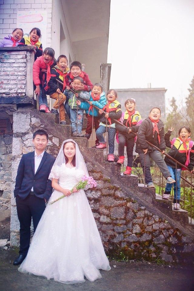 最美婚纱照!乡村教师在村小学拍婚纱照