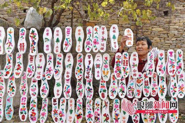 """临沂七旬老人连续36年为军人绣鞋垫,被称""""兵妈妈"""""""