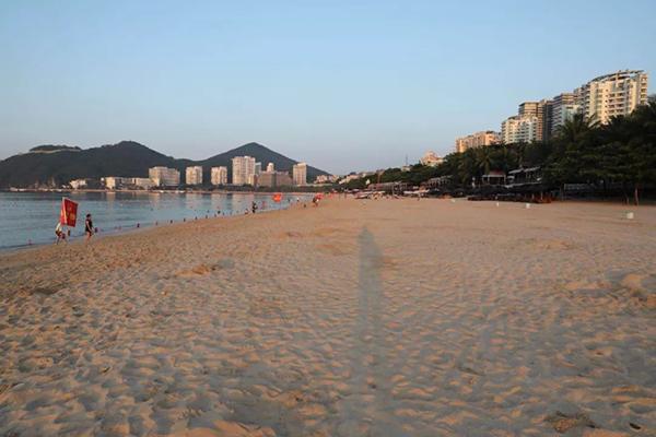 中秋夜三亚近千名环卫工从海滩清走44吨垃圾
