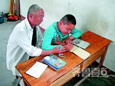 爷爷为让自闭症孙子正常上学 同桌陪读六年