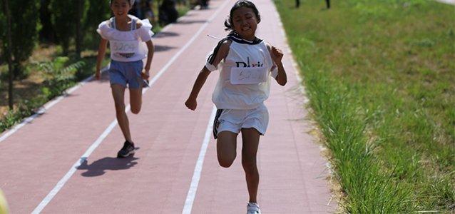 """她生下来就是艾滋病患者,渴望在运动会上跑步却只能当记录员width=""""638"""""""
