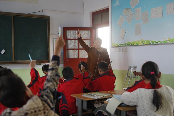 单腿教师上课19年:装上假肢后将教师之路走下去